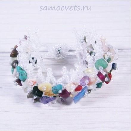 Плетенный браслет из самоцветов и бисера